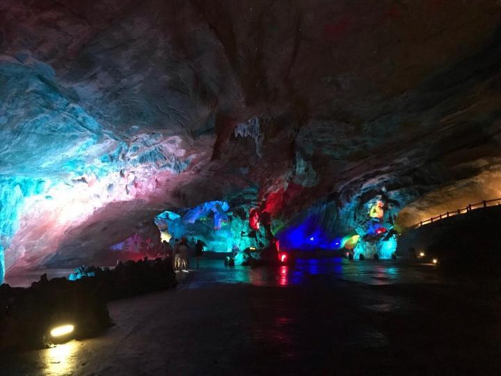 无锡宜兴的善卷洞是一个自然形成的洞窟,洞里的五彩灯光和钟乳石还有实景表演,足以征服每个到此的游客。