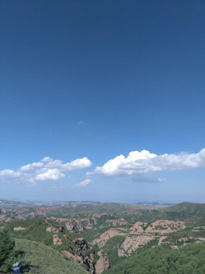 火石寨国家地质公园,气候很凉爽很舒服,蓝天白云,非常美~~在景点的门口就能看到红色的山,配着蓝天对比,特别好看。上山下山都有摆渡车,印象中是收费的。上面分几个区域,在高处的时候往下面望去还是很震撼的,有种爬到山顶的成就感。