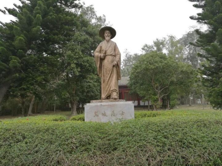 海南省儋州市的东坡书院是当年苏东坡被贬到海南的落脚地,里面有苏东坡的作品和简介,景区最有意思的是可以背6首苏东坡的诗,然后免门票