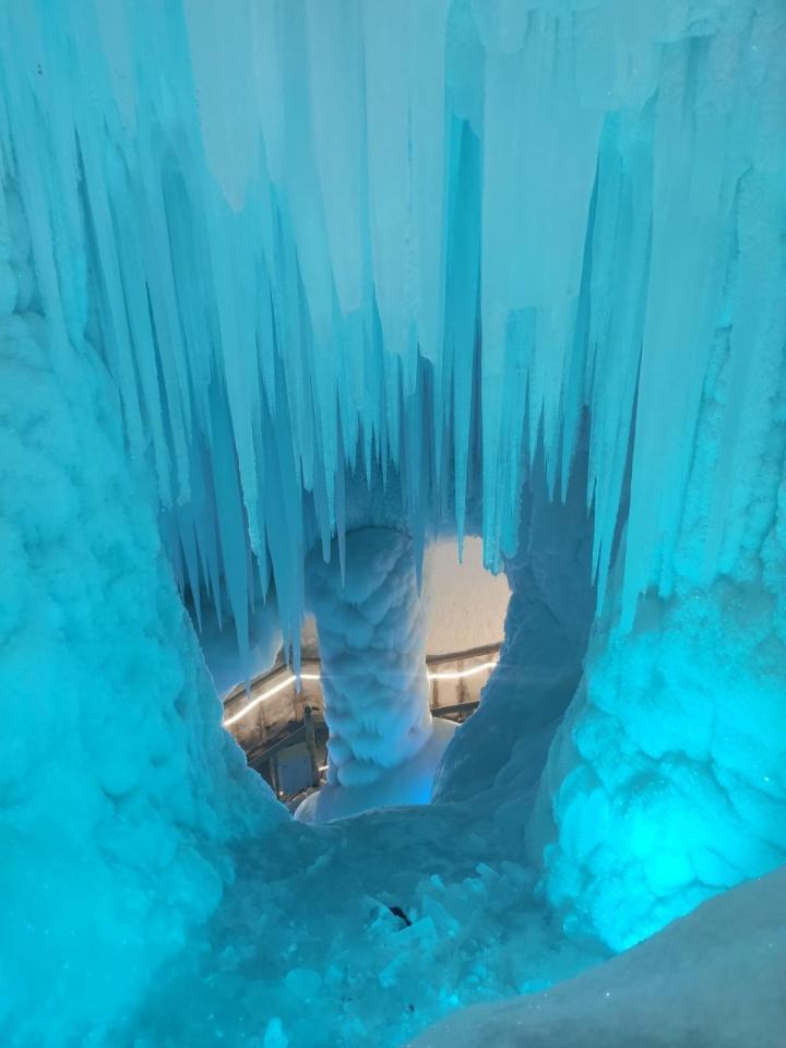 万年冰洞,门票不便宜,但还是非常值得一看的。景区内管理和服务比较到位,节假日早点过去少排会儿队。 进入洞内,仿佛置身于一座晶莹的宫殿,四处都是冰的世界:冰柱、冰锥、冰瀑、冰笋、冰花。