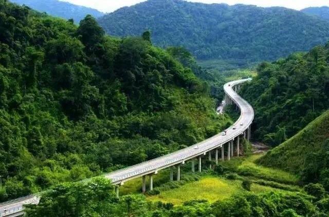 思小高速公路是云南普洱思茅至小勐养的一条,穿越了热带雨林的高速路,思小高速公路还有专门的观象台可以停留,运气好的话,你们自驾游的路上就能见到野象觅食