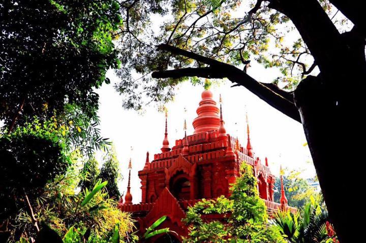 磨憨口岸是云南与老挝接壤的地方,从这里可以直接开车过去老挝自驾游,不过证件还得办好,磨憨口岸沿途全是热带景观,老挝的人民比较淳朴,有各种小吃又便宜又好吃。
