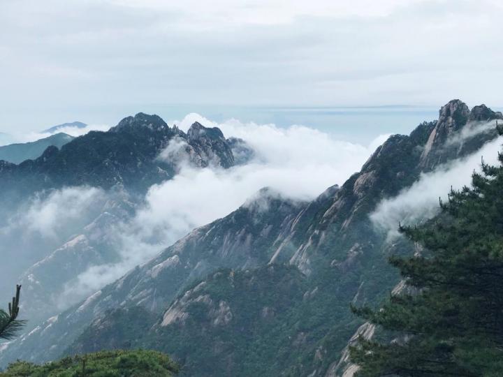 安徽黄山风景区,已经是最具有中国风的景点代表之一。神奇的是黄山不管什么季节,不管什么天气总会有不同的魅力,但是黄山最大的问题就是人多,国庆节去的时候,都是人挤人这样爬山是没有乐趣甚至还蛮危险的。