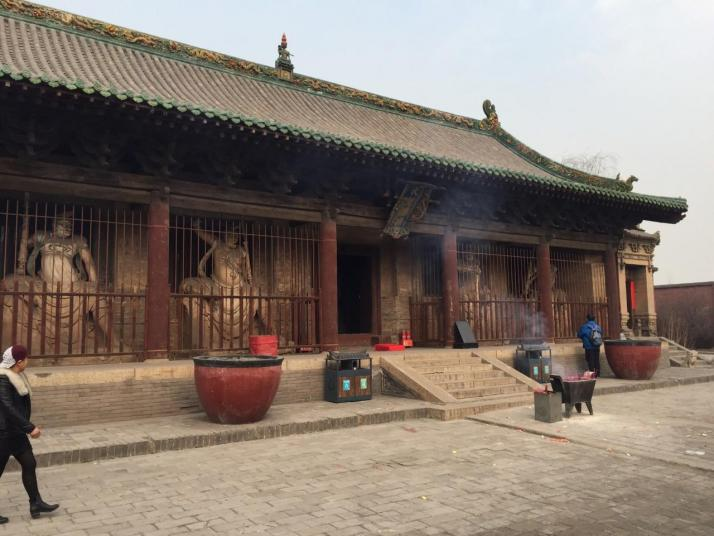 双林寺,双林寺非常值得一去,寺内佛像非常有特色。高铁站或者火车站坐108路公交车能到,门票30元,学生证半价,只能现金支付,参观用时约两小时。