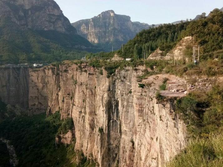 锡崖沟景区,锡崖沟的后门紧挨着天界山的后门,但已经属于 山西 地界,锡崖沟的特点依然是大峡谷和大瀑布。云雾缭绕,宛若仙境,犹如水墨画,风景在我们的眼前,变幻面孔。