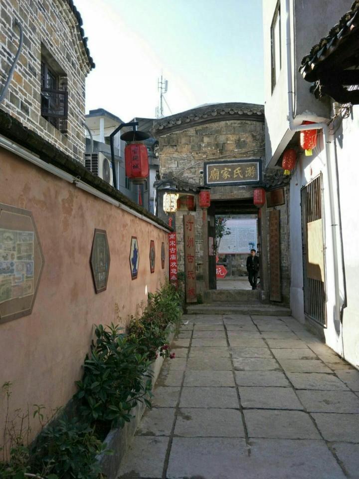 长汀古城,古城墙只是景点之一,还有很多很多古旧的东西可以参观,也有很多好玩的地方,这里的街道算是我见过最棒的古街了,还活生生地活在当地人的生活里,又有一些新元素的融入