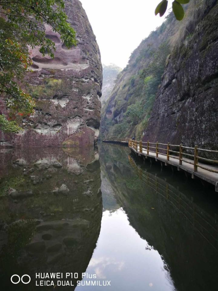 """九龙潭景区,这个景区在一个很平静的湖面坐竹筏,悠闲得很。特别是水中的一线天,令人叫绝; 九龙潭是泰宁青年期的丹霞地貌发育的典型地区,融湖、溪、山、谷、岩、峰、沟多样变化,号称""""泰宁丹霞山水微缩明珠""""。"""