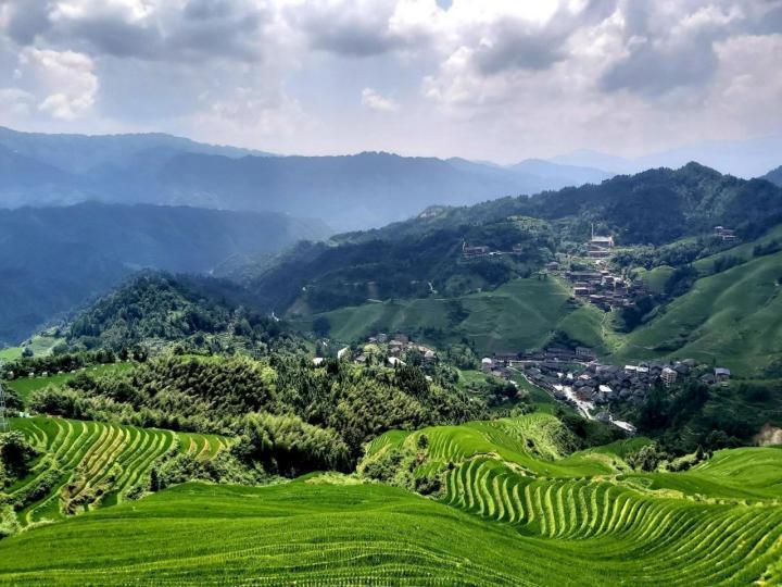 龙脊梯田,是指在龙脊山上开发出的梯田,从广义说叫做 龙胜 梯田;梯田中居住着壮、瑶两个民族。如果爱好摄影,或者想要体验自然风光、人文风情,这里都不会让你失望。