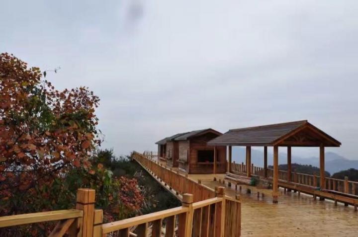 红崖村,村中高高的炮楼,是这里最显眼的建筑,登级而上,可俯瞰红崖村全貌。如今它是人们观光的最佳之地,过去它是红崖村集结的号角。