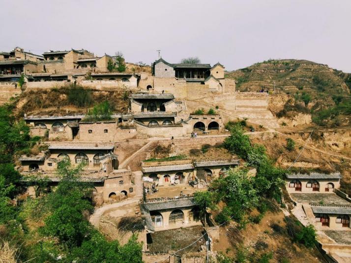 李家山古村,李家山整个村落面向黄河,分布在两道山谷的峭壁间。院落相互层叠,彼此间有陡峭的石板路相通,这些路向下汇聚到山谷里,而那个山谷里还有他们的水源,村里人所有的用水都是从山谷中的挑上来,往返一次需要二十多分钟,由于整个村庄相对封闭,因此较好的保留了原始风貌。