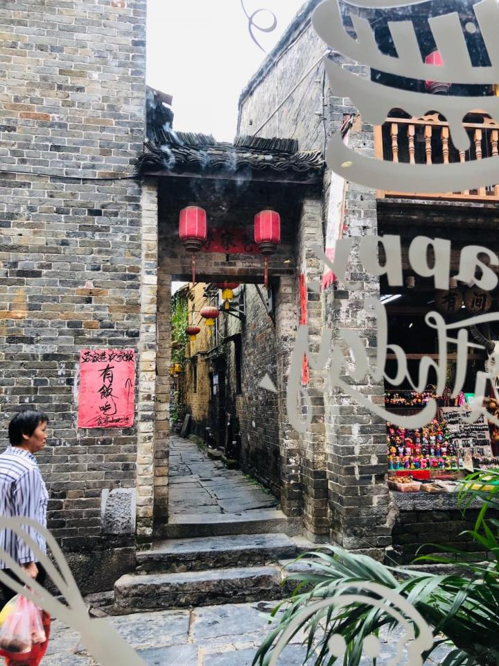 黄姚古镇,一个国家4A的古镇,没有惊鸿一瞥,也没有骇人的消息。这个小镇景区里一般,不过吃的确实很多啊。哈哈 丰富的树木和植被,还有小桥流水尤其地心旷神怡。适合住在附近的过来周边旅游。
