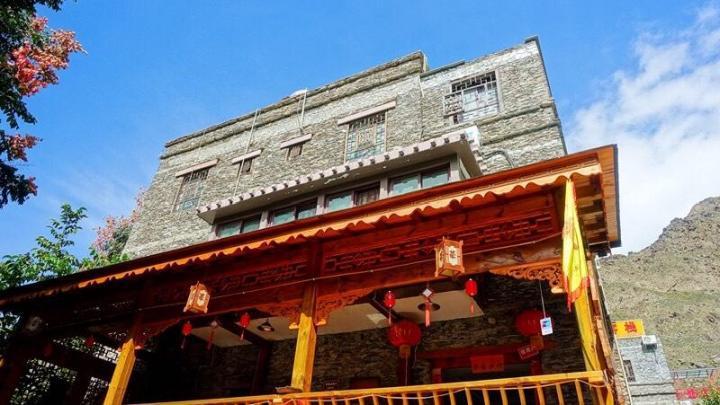 西索民居属于四川阿坝马尔康,这里居住着嘉绒藏族,所以西索民居的建筑都有独特的风格,一般到四川阿坝州自驾游会经过这里。