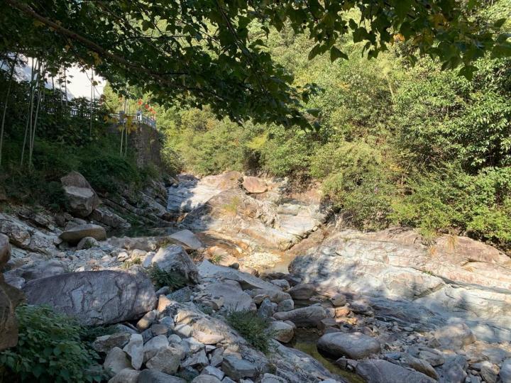 """九龙瀑,九龙瀑的景色还是可以,看的过去,没特色,但是九龙瀑景区60的门票偏高,不值得; 九龙瀑那个假装""""免费拍照""""的做法令人作呕。不是十块钱一张照片的事情,是把游客当傻子的问题。"""