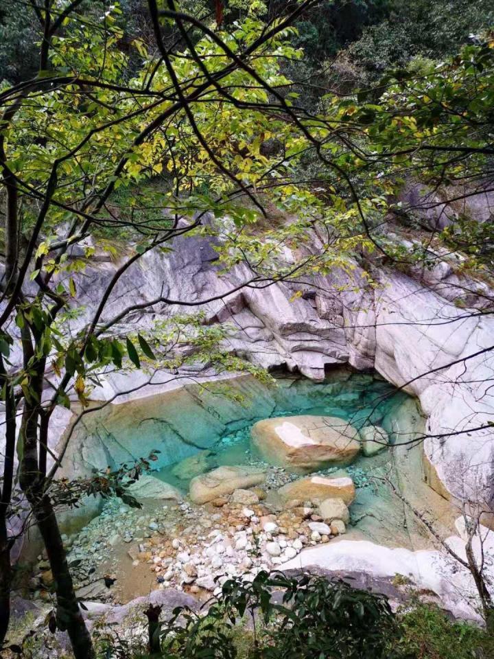 翡翠谷,黄山翡翠谷 (又叫情人谷) 和九龙瀑是黄山延伸山脉形成的峡谷和瀑布。 翡翠谷谷内气温凉爽,很适合避暑,而且负氧离子爆棚,也是《卧虎藏龙》取景地。 潭水清澈见底,深浅不一,在阳光下泛出青、橙、绿、蓝、黄、白等多种颜色,超好看。