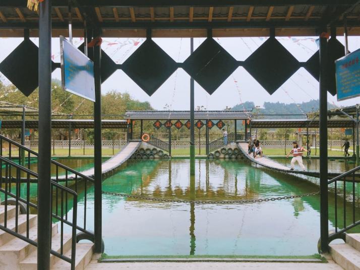杨家寨,杨家寨景区风光优美,河流清澈,自然原生态保存完好,人文厚丽。杨家寨景区内还发展了很多拓展项目,可以买套票方便亲子游玩。