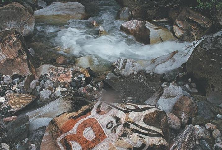 青海玉树勒巴沟,是我们在青海自驾游中遇到的一个神奇的,带有佛教岩壁画的地方,藏族同胞好像对岩壁有种特别的情怀,喜欢用小石头堆成塔,喜欢在石壁上绘画。