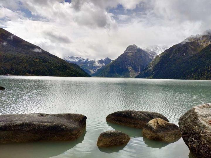 玉隆拉措湖是川藏公路上自驾游遇到的,湖面寂静,湖水安宁,幸运的是,远处树林间还见到的那只白鹿唇一样的动物,还没等我打开相机,就已经不见踪影,给人留下无限回味。