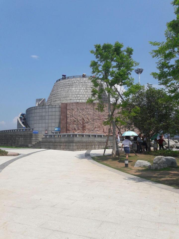 三峡大坝,三峡大坝旅游区,位于宜昌市,是一座规模宏大的水利枢纽工程水电站,游览三峡大坝不需要门票,但是要购买35元/人的交通车费。