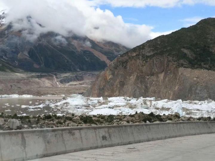 西藏昌都八宿来古冰川周边有一条道路,自驾游开车从中间经过,这里的冰川和我想象中的冰河世纪的冰川不太一样,但是很接地气,也能亲手摸到冰川里的冰。