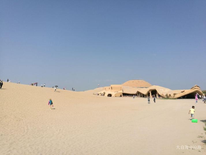 沙湖,门票加船票网上买的125一张,湖中心的一个岛,岛上有水上项目和骑骆驼;进入沙湖风景区后乘坐沙湖风景区大船沿途欣赏芦苇荡后就到达沙漠区域,其实沙湖的沙漠最多只能称之为沙山;沙湖风景区很美,湖很有特点,一簇簇的芦苇就是最大的特点。还不错。