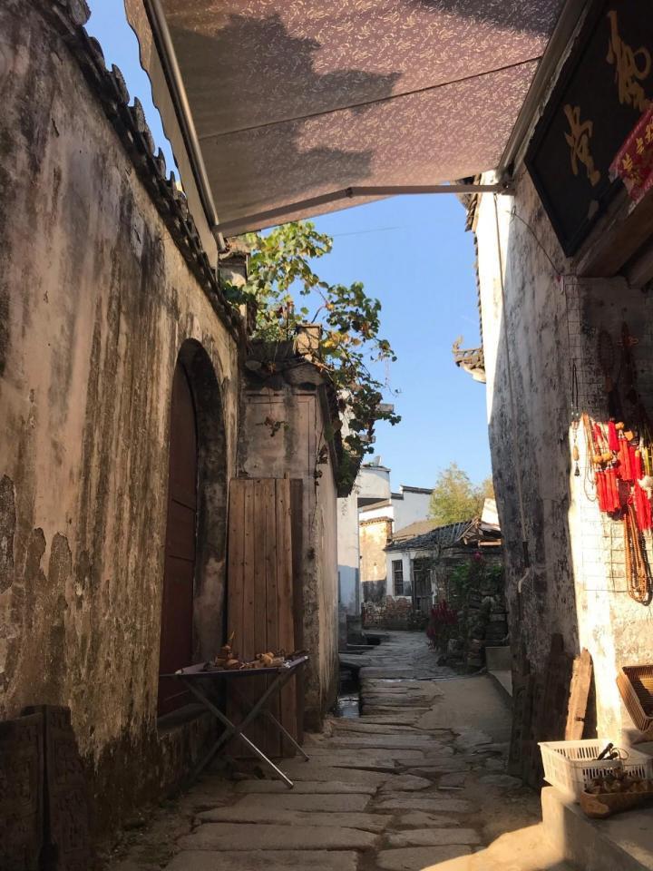 呈坎八卦村位于安徽黄山徽州区,始建于东汉三国时期的呈坎八卦村,算得上一个真正的古董村庄,从黄山市区自驾游到呈坎八卦村四十公里,五十分钟到。