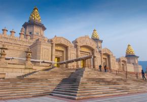 灵山梵宫坐落于烟波浩淼的无锡太湖之滨,钟灵毓秀的灵山脚下,气势恢宏的建筑与宝相庄严的灵山大佛比邻而立,瑰丽璀璨的艺术和独特深厚的佛教文化交相辉映。
