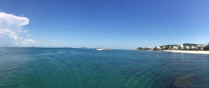 西岛景区是我们到三亚环岛自驾旅游的最后几个景点,西岛景区的消费相对三亚其他景点来说要低一些,人气也没有那么高,算是一个相对来说比较小众的景点,然而我恰恰就喜欢这种景点,其他岛上的风景这里都有,还不挤,消费水平也让人开心。