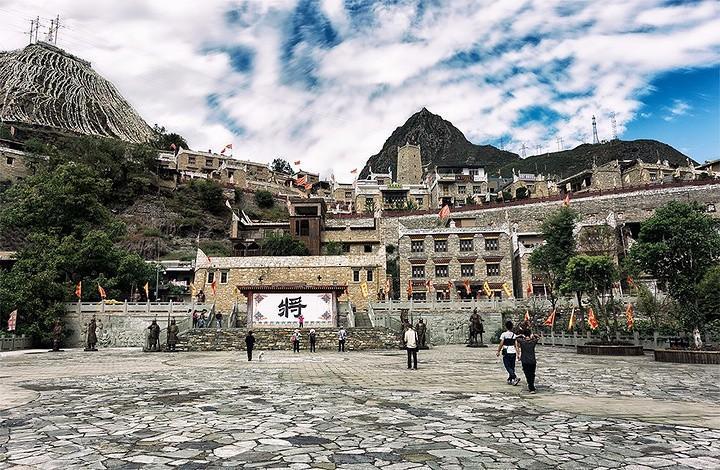 甘堡藏寨,甘堡藏寨拥有着浓郁的历史文化特色碉楼式的建筑、清幽的石板小道、安静的街道环境与5月暖和的天气正相配,来甘堡藏寨走一走,心境舒畅;甘堡藏寨住的大部分都是从大山上迁下来的藏民,还在门口买着山上取的虫草灵芝,