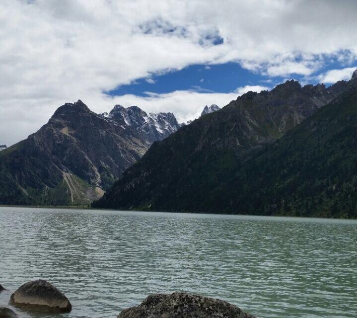 新路海是四川甘孜德格县的湖,也是高原上众多海子中的一个,自驾游到这里会很不容易,新路海的路况不是很好,有一段土路需要注意安全,新路海边能见土拨鼠