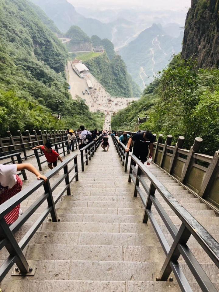 百龙天梯是张家界景区里的一个户外观光电梯,就是抱着好奇的心理去坐的百龙天梯,从山低往上升到山顶上下就像匀速的跳楼机