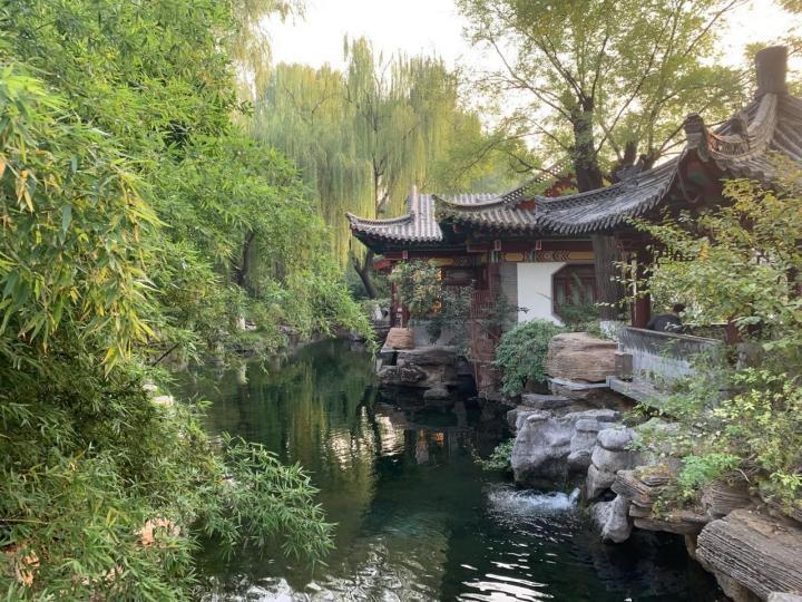 济南趵突泉是济南三大名胜之一,济南趵突泉公园是济南市区必打卡的地方,趵突泉冒出的清到能看到水底的青苔,不知为何这些年趵突泉冒出的水变少了,希望大自然能人们留下这个美丽的泉