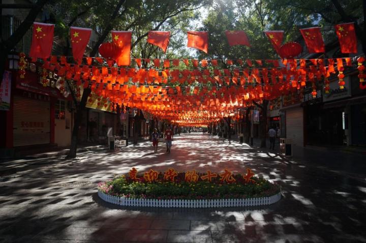 广西桂林正阳步行街市,是桂林最繁华的商业街,汇总了桂林琳琅满目的商品特产,美食,中心广场的桂林特色小吃也是极好的旅游伴手礼