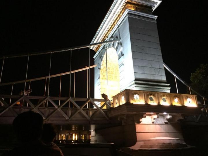 桂林市自驾游到两江四湖景区十五公里,四十分钟差不多,两江四湖景区最美的是夜景,琉璃的灯光在倒影在水面荡起的涟漪