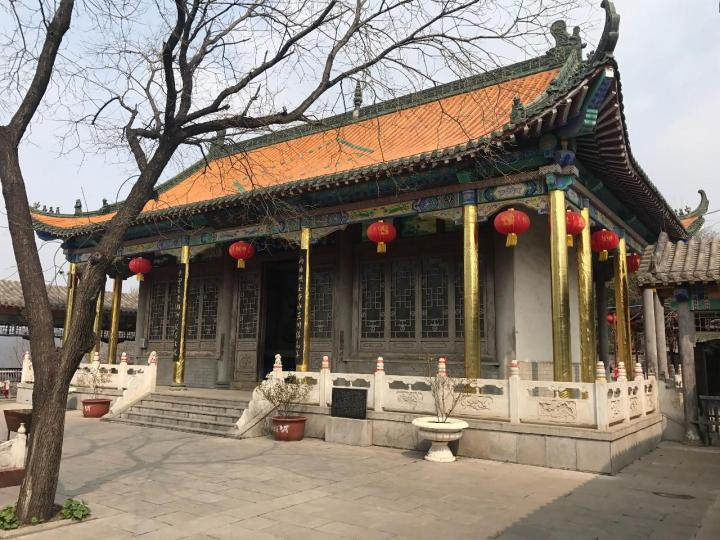 河北邯郸京娘湖是一个可以玩5个小时的景区,从邯郸开车到京娘湖景区1.5小时70公里,山上有玻璃栈道,山下有船,趣味多多