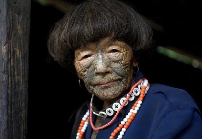 独龙族纹面女是少数民族独龙族中女性的代表,对于独龙族纹面女她们自己也不知道为什么纹面,但是看着她们脸上的纹路,还是忍不住幻想她们的文化