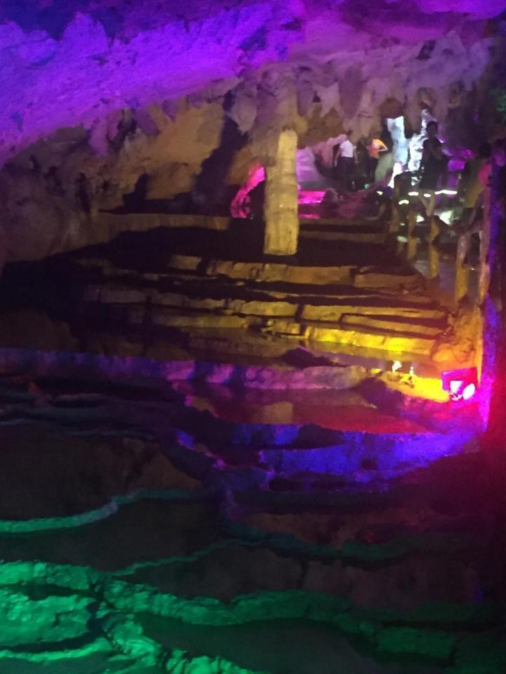 连州地下河,清远连州地下河是典型的喀斯特熔岩地貌,里面颜色是五彩斑斓的,有点冷,建议去清远连州地下河之前带件厚衣服。最下层只能坐船游览,还是非常好玩的,清远连州地下河适合一家人周末自驾游去玩。