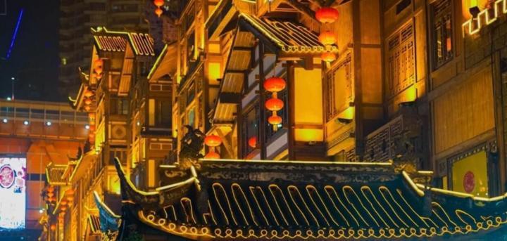 洪崖洞游玩攻略晚上的洪崖洞才是真正散发着强大魅力的地方,日本导演宫崎骏的《千与千寻》取景就是夜晚华灯初上的洪崖洞,如果在重庆自驾游开车请一定要看清导航,是我的亲身体验