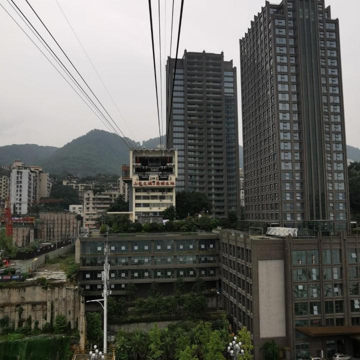 带着朋友提供的长江索道游玩攻略,我们从成都自驾游到重庆,计划去坐长江索道这个网红索道,去了之后才知道网红索道排队的厉害,排队的时候可以直接去吃一次火锅了