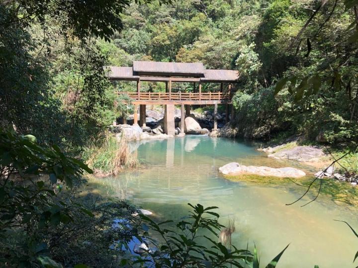 """八乡山,八乡山是天然的避暑胜地。区内还有一座被称为""""高峡出平湖""""的中型水库——天湖。八乡山可供娱乐的项目非常多,很适合家庭度假游玩。"""