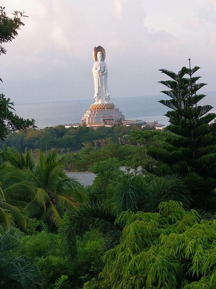 三亚南山文化苑是能见到南海观音的地方,从三亚市区自驾游到南山文化苑40分钟,南山文化主要是一个佛教文化的汇集园,进景区有严格的着装要求