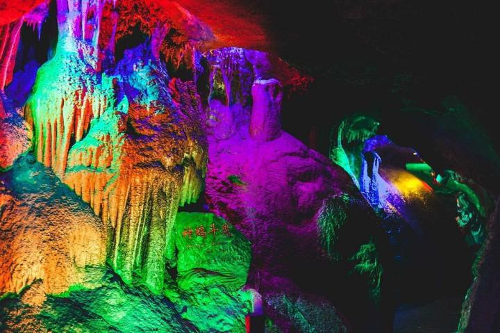 山东省临沂沂水地下大峡谷值得推荐的景点,大峡谷景区里有小火车,有五彩溶洞,有瀑布暗河,有漂流,门票八十多也不贵,适合自驾游前往