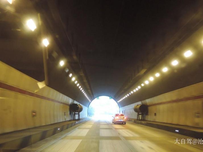秦岭终南山隧道,终南山是 秦岭 山脉的一段,终南山现已被评为世界地质公园。成为我国 西北 地区首个地质公园。终南山地形险阻、道路崎岖,自驾游开车过来玩一定要认真开车,不要三心二意。