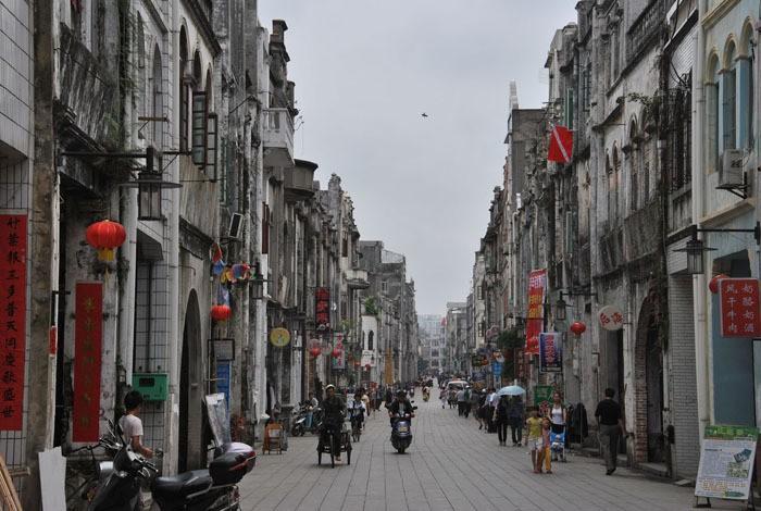 骑楼老街,海口骑楼老街给我一种非常文艺复古的感觉,常来走一走,看一看充分流露出海口当地文化气息最浓厚的街道,最有历史感的街道,最具代表性的街道。