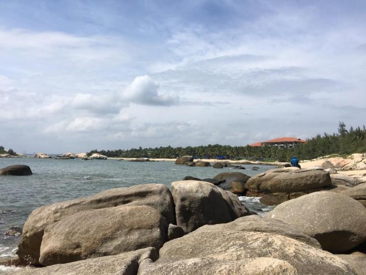 海南文昌石头公园是经历了万年变迁的深埋在海底的石头,被地质活动翻处水面上来,距离海口市一百公里,自驾游开车2个小时