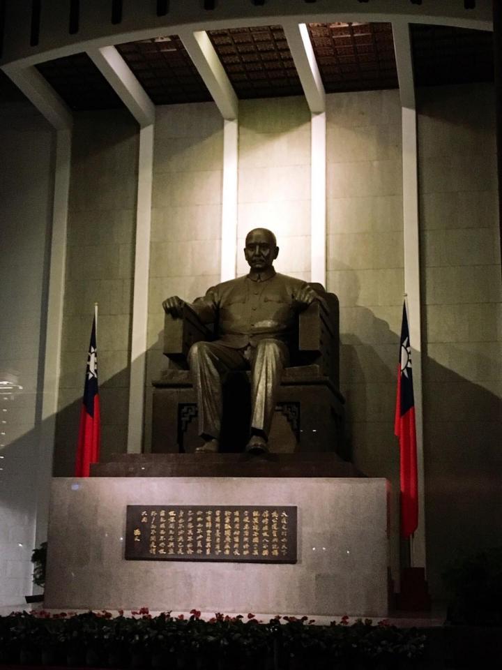 国父纪念馆是纪念中华民国第一位总统孙中山先生的百年诞辰修建的纪念馆,这里的纪念馆和一般的纪念馆不同的是,打造了中山公园,就是一个公园结合的纪念堂,是我们到台湾自驾环岛的人文景点之一