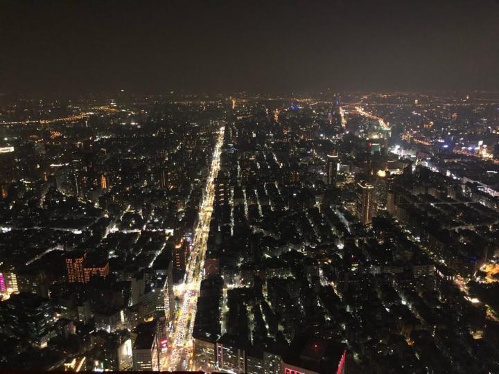 台北101是拥有几项世界纪录的保持者,也是台湾的标志性建筑,也是一个能看到台北夜晚全景的最佳观赏地,附近也是台北的著名商圈,是个购物的地方