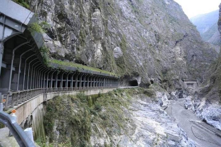 台湾太鲁阁国家公园是一个走在路上有可能遇到毒蛇的公园,是个免费景点,台湾太鲁阁国家公园里面最好看的是峡谷,从上而下见到的峡谷,齿轮一样的裂开,从中流出一条青色的小溪,哗哗啦啦的声音响出来