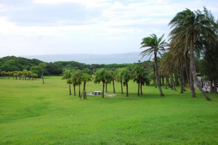 台湾龙磐公园是台湾垦丁自驾游景点之一,有各种各样的石灰岩,龙磐公园还能野餐,找个天气晴朗的日子,带上垫子,带上美食和家人自驾野营的最佳去处