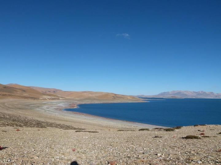 鬼湖拉昂措,风光美丽,湖水同样是蓝得心醉;虽然名字很诡异但丝毫不影响美景远播,很多游客过来欣赏,漫步湖边,冷风迎面扑来,如雷贯耳的波涛声动人心弦。