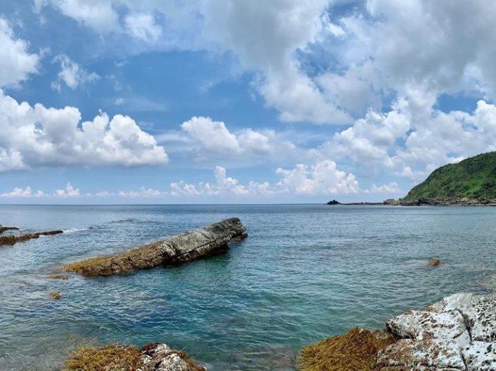 台湾垦丁国家公园是台湾本地最受欢迎的景点之一,景区里的最南灯塔是一个拍照很美,实际看起来更美的地方,在山丘上眺望太平洋,开阔而宁静